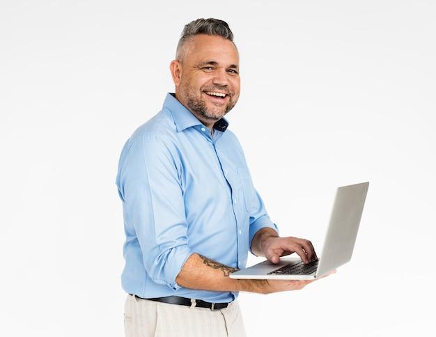Il maschio tiene il concetto di tecnologia del computer portatile