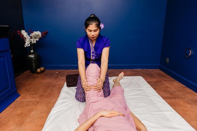 Il massaggiatore tailandese dimostra diverse procedure spa