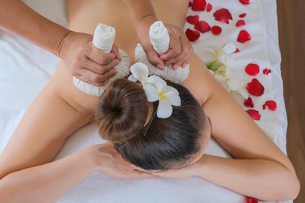 Il massaggio con impacchi alle erbe è un panno che usa molte erbe per avvolgerle.