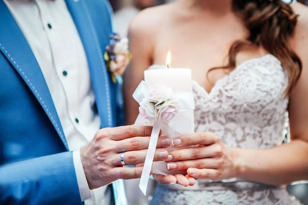 Il matrimonio giovane tiene e arrampica bicchieri di champagne