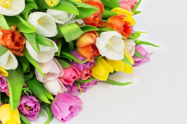 Il mazzo dei tulipani bianchi fiorisce il compleanno di celebrazione del giorno di madri