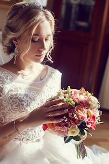 Il mazzo della sposa fiorisce lo sposo aspettante prima delle nozze