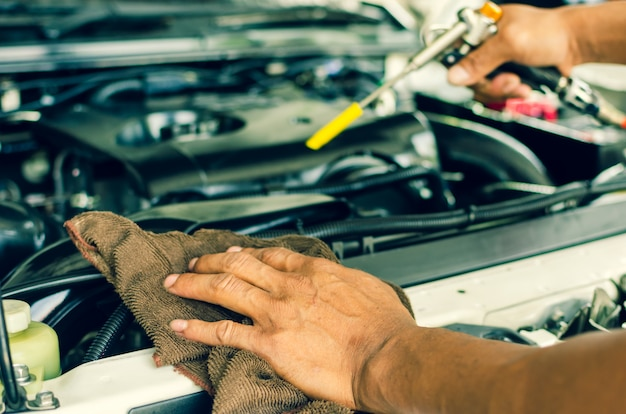 Il meccanico ripara un'auto