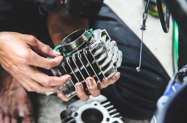 Il meccanico ripara una motocicletta