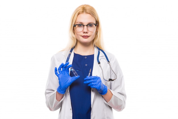 Il medico della donna tiene l'iniezione