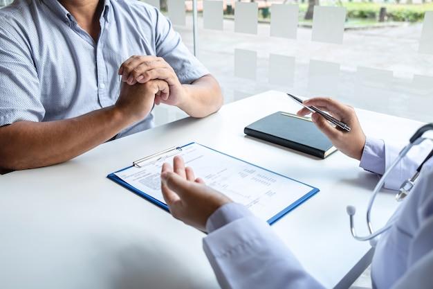 Il medico e il paziente stanno discutendo la consultazione sulla diagnosi del problema dei sintomi della malattia, parlando con il paziente del trattamento e del metodo di trattamento
