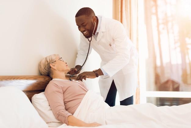 Il medico esamina un paziente anziano in una casa di riposo.