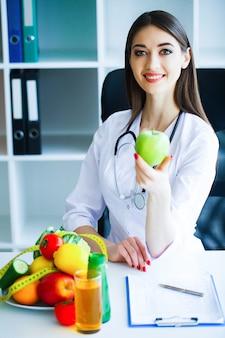 Il medico firma un programma dietetico.