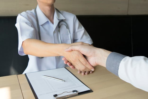 Il medico ha stretto un accordo con i pazienti con pressione alta per mantenere la salute