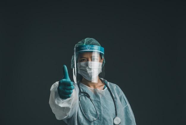 Il medico in uniforme dpi si sente motivato nell'epidemia di coronavirus o nella quarantena covid-19, concept of covid-19.