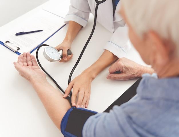 Il medico misura il polso nella clinica del nonno