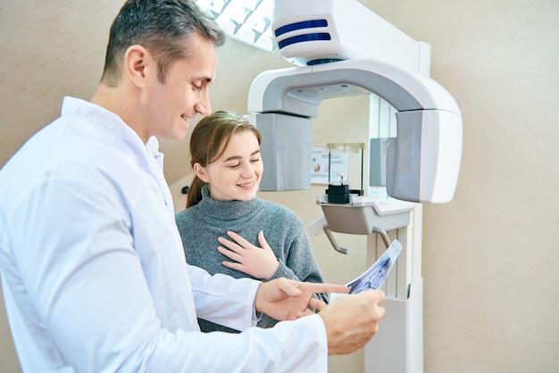 Il medico mostra al paziente un'immagine a raggi x.