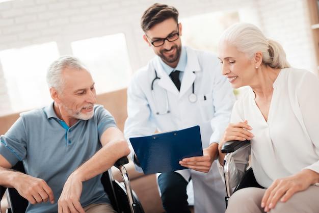 Il medico mostra i buoni risultati della prova della coppia anziana.