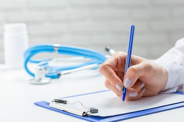 Il medico scrive un pil di prescrizione