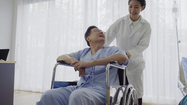 Il medico si prende cura del paziente in ospedale o clinica medica. concetto di assistenza sanitaria.