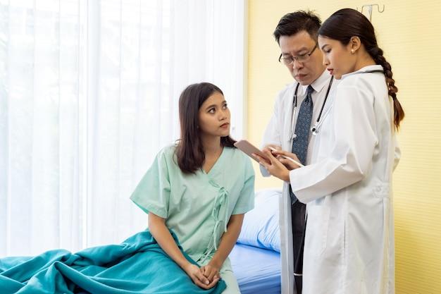 Il medico spiega il trattamento al paziente