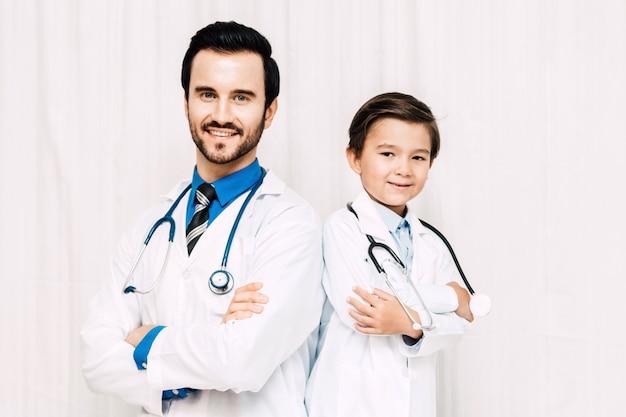 Il medico sta esaminando la macchina fotografica e sta sorridendo all'ospedale