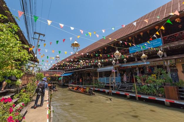 Il mercato galleggiante di lao-tuk-luck è il più antico mercato galleggiante di damnoen saduak, ratchaburi pronvince, tailandia