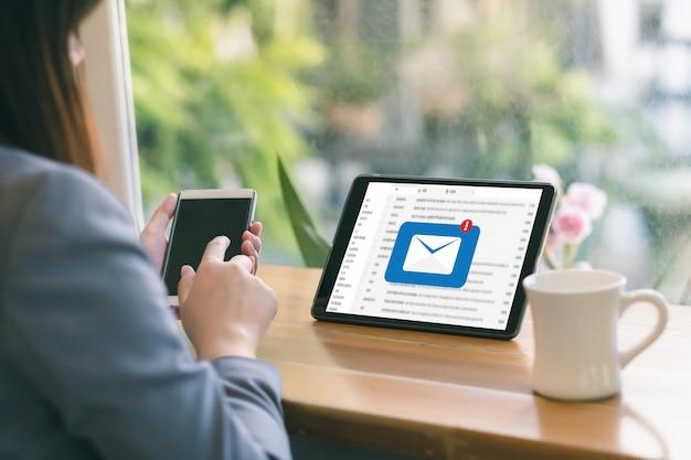Il messaggio del collegamento di comunicazione della posta a contatti postali telefona il concetto globale delle lettere