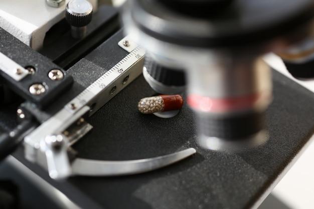 Il microscopio testa sullo sfondo di