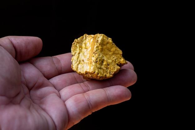 Il minerale d'oro puro trovato nella miniera è nella mano