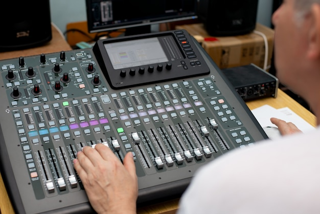 Il mixer. telecomando per la registrazione del suono. tecnico del suono al lavoro in studio. equalizzatore console di missaggio amplificatore audio. dj