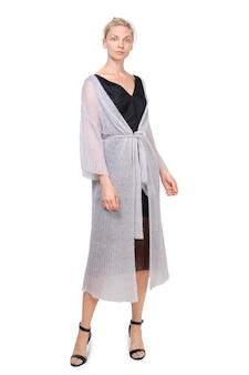 Il modello attraente dimostra gaun lavorato a maglia