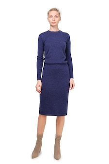 Il modello attraente dimostra il vestito in jersey