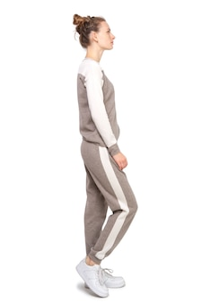 Il modello attraente mostra i vestiti in jersey