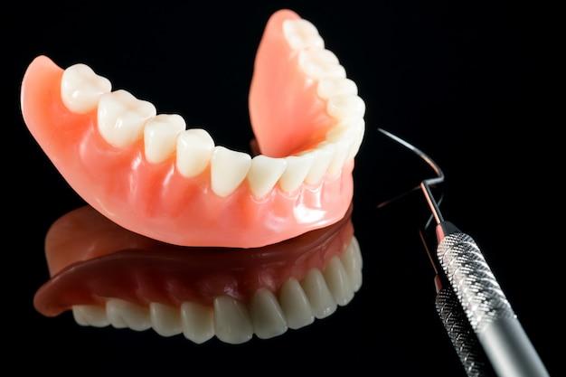 Il modello dei denti che mostra un modello del ponte della corona dell'impianto / studio dei denti di dimostrazione dentale insegna il modello.