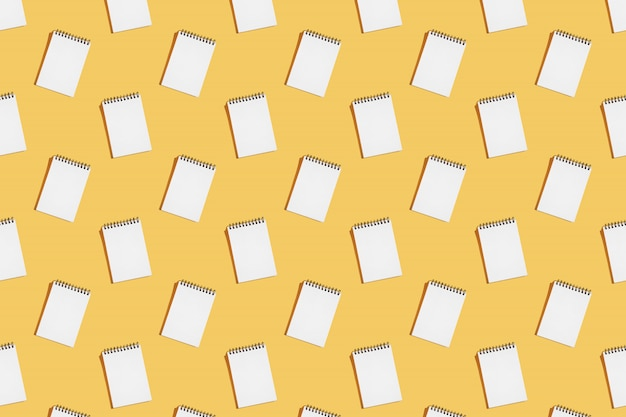 Il modello dei quaderni a spirale si apre su una pagina in bianco.