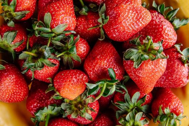Il modello delle fragole mature fresche si chiude sulla vista