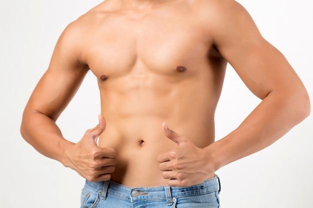 Il modello di fitness maschile mostra un corpo forte. lo studio ha sparato su priorità bassa bianca. concetto di fitness