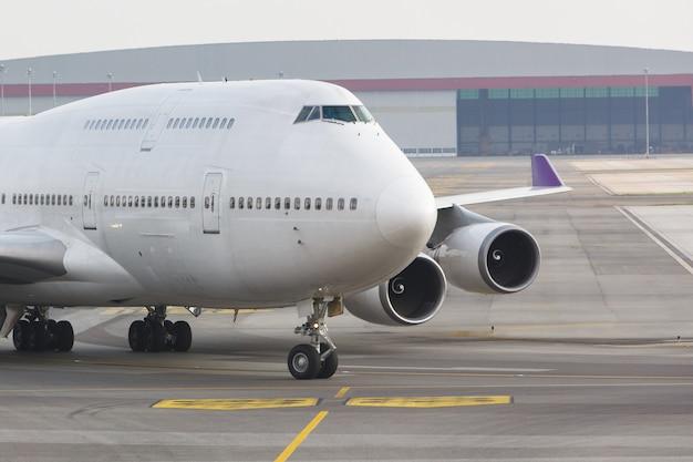 Il moderno aereo passeggeri a due piani è in rullaggio per decollare. velivoli a corpo largo sul grembiule dell'aeroporto, fine in su