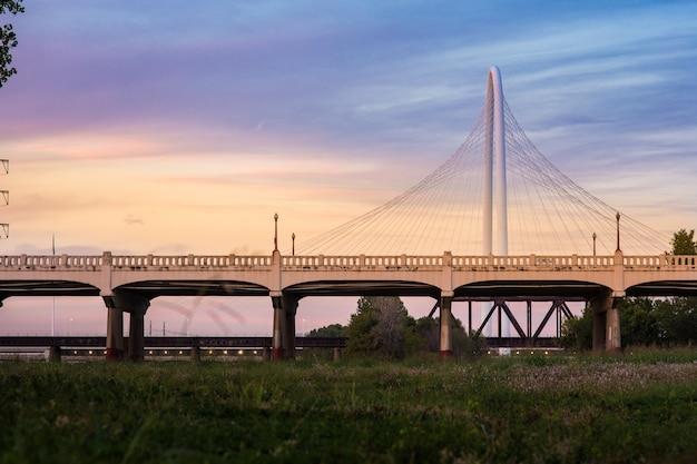 Il moderno ponte con tramonto