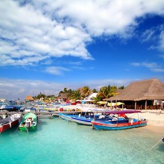 Il molo del porto del bacino dell'isola di isla mujeres messico variopinto