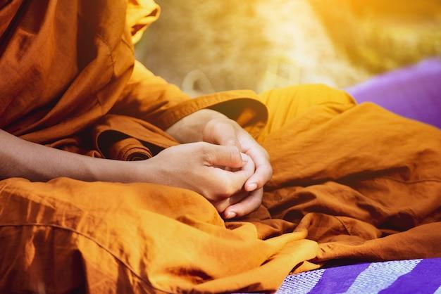 Il monaco buddista vipassana medita per calmare la mente in tailandia.