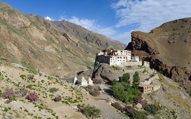 Il monastero di bardan o bardan gompa è un monastero buddista del 17 ° secolo, padum, a zanskar, ladakh, nel nord dell'india