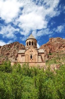 Il monastero di noravank nelle montagne del caucaso, armenia