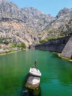 Il monumento e kampana si elevano a cattaro, montenegro
