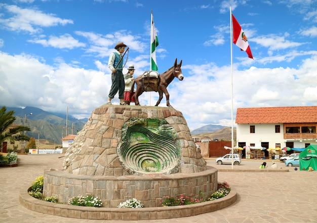 Il monumento sulla plaza de armas di maras, valle sacra degli incas, regione di cusco, perù