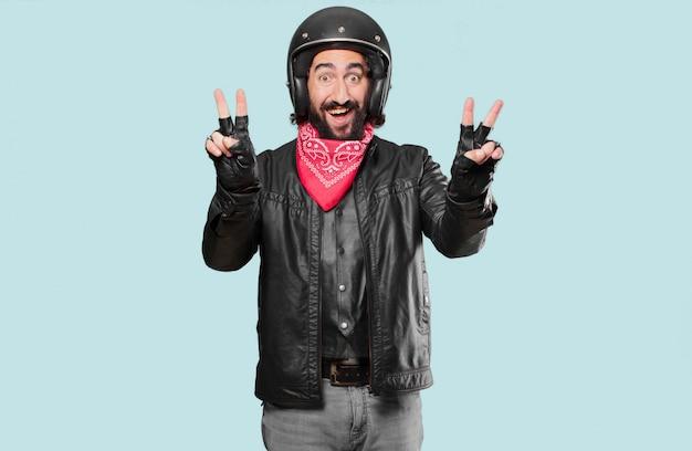 Il motociclista celebra una vittoria