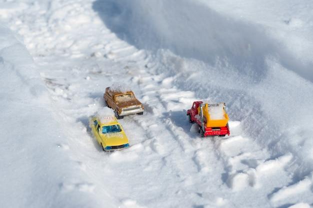 Il movimento di macchine coperte di neve sulla strada dopo una forte nevicata