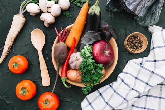 Il mucchio di verdure fresche in ciotola