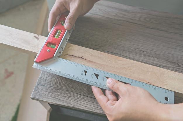 Il muratore misura la distanza usando il quadrato del costruttore.