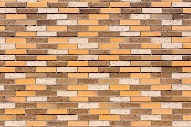 Il muro della casa è fatto di mattoni decorativi colorati