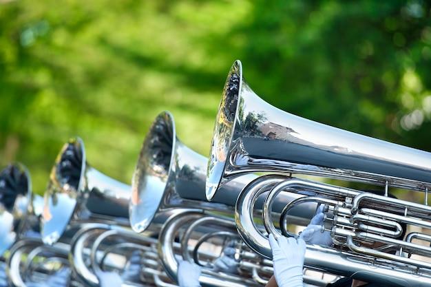Il musicista suona tuba in marcia
