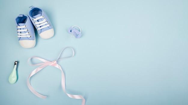 Il nastro con le scarpe di bambino copia lo spazio