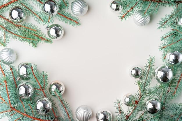 Il natale deride con i rami del pino su bianco, copyspace, flatlay