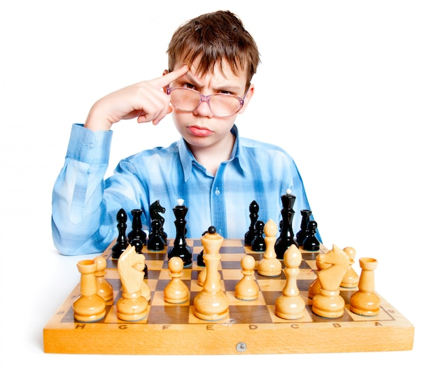Il nerd gioca a scacchi su una parete bianca
